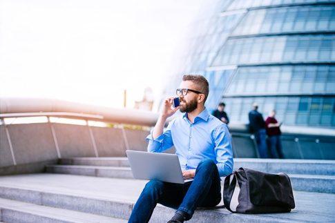 会社の固定電話での着信をスマホへ転送!サービスの機能やメリットを紹介